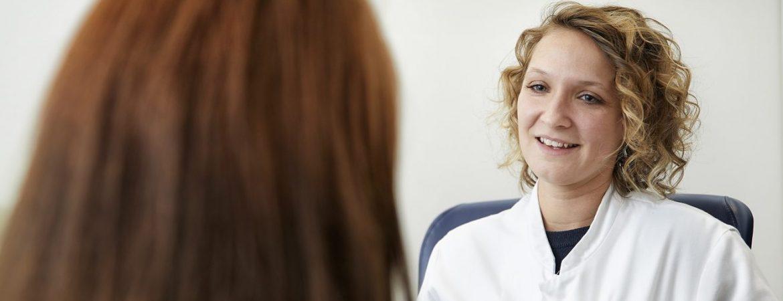 Zorgverlener in gesprek met een patiënt